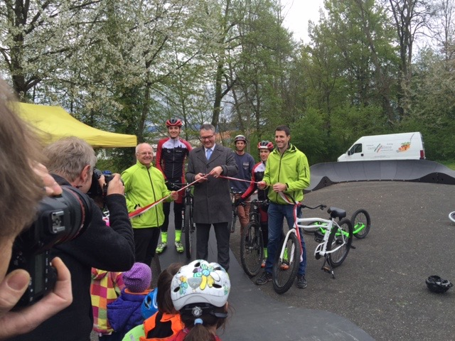 Solothurn_minister_for_culture_and_education-symbolic_act-With_green_jackets_-director_sports_department_kanton_solothurn_-_responsible_for_youth_and_sports..jpg